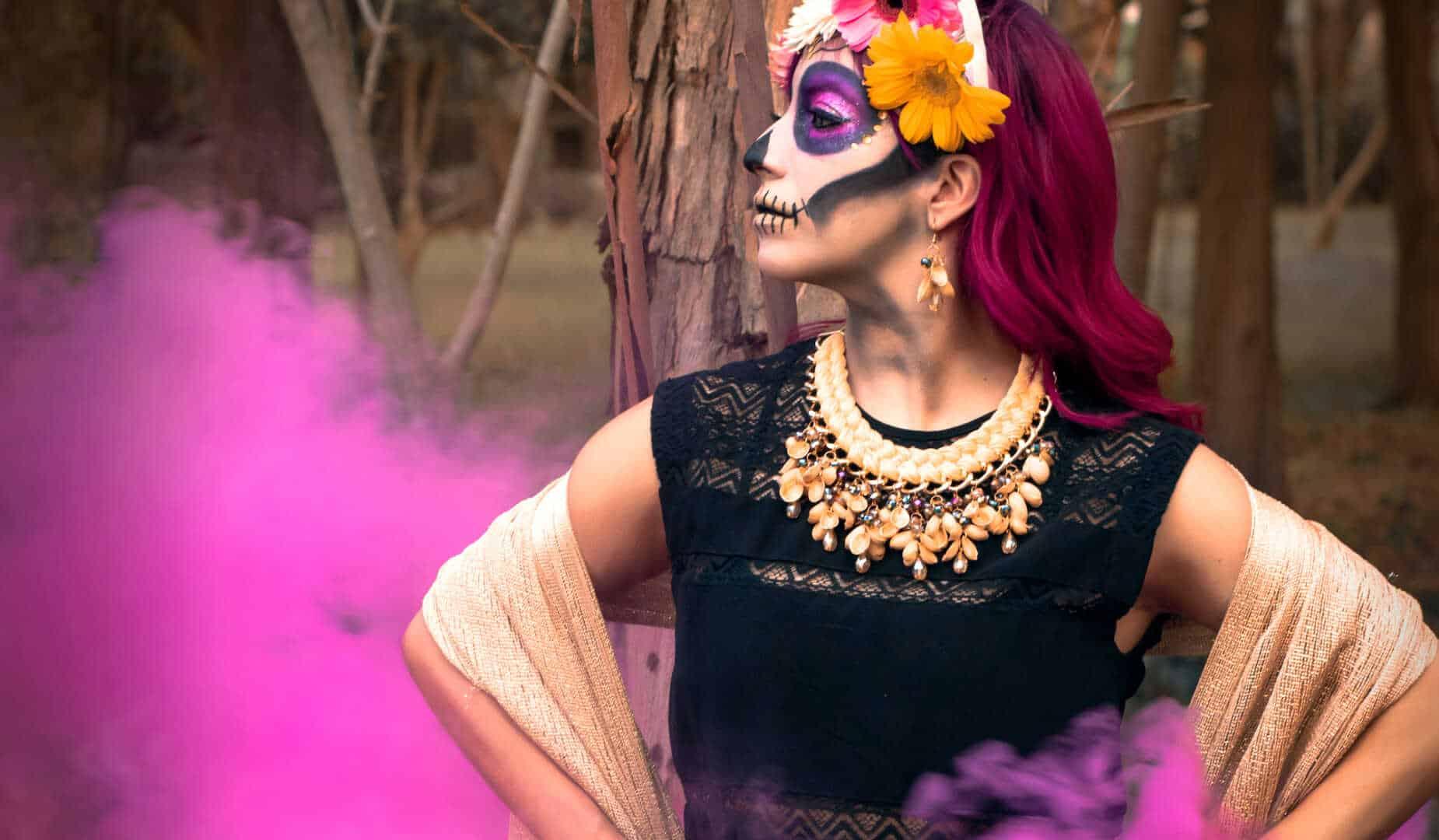 Catrina con collar artesanal humo rosa